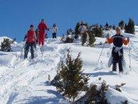 Randonnee a raquettes a neige dans les montagne enneigees des Pyrenees