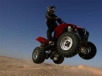 Un pilote de quad en plein saut