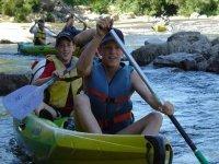 Le sourire des jeunes en canoe