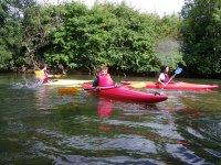 Trois kayaks au fil de l eau