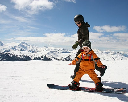 Enfant en cours de snowboard dans la montagne