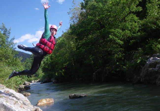 Jump dans les eaux vives de la nive au pays basque