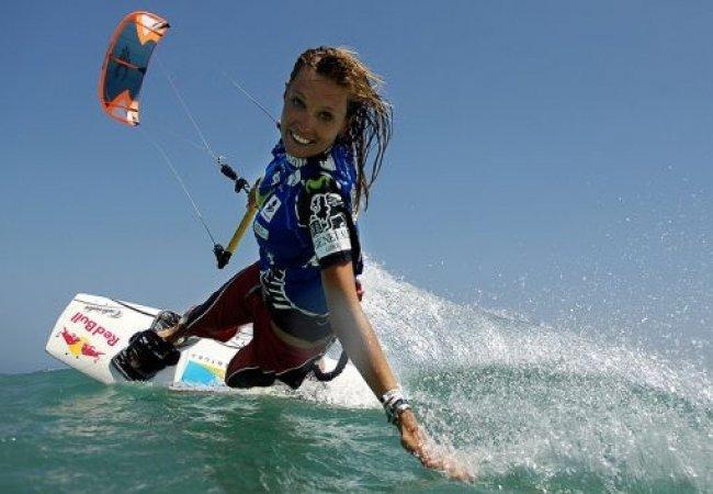 Fille et kitesurf