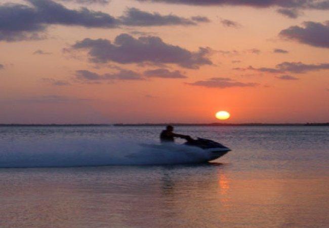 Jetski au coucher du soleil