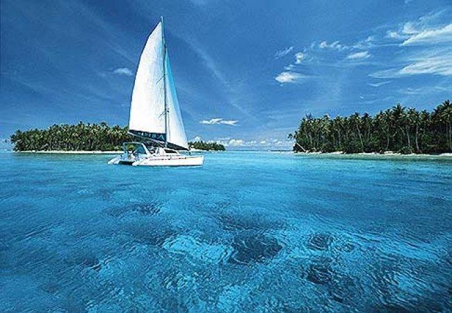 Petit voilier au paradis