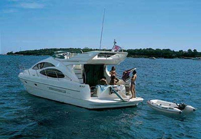 Petit yacht de luxe pour les vacances
