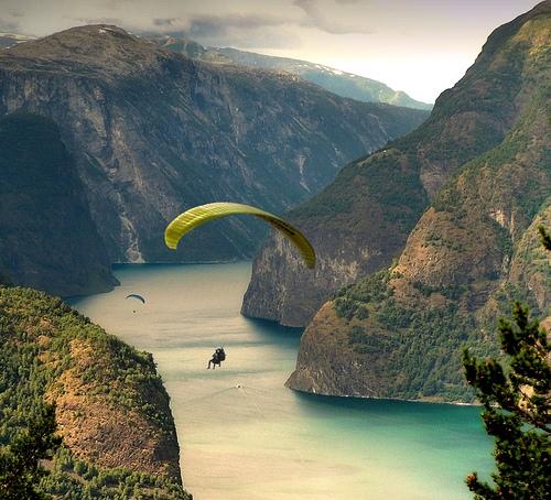Parapente dans un fjord de norvège
