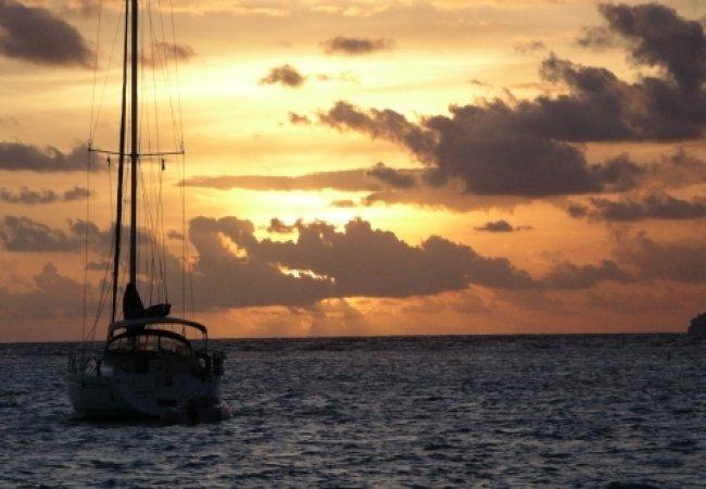 Mer bateau et coucher de soleil